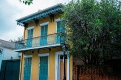 Sławna bourbon ulica, Nowy Orlean, Luizjana Starzy dwory w dzielnicie francuskiej Nowy Orlean obraz royalty free