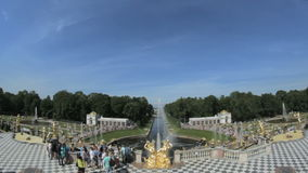 Sławna duża fontanna Peterhof, turyści fotografujący, święty Petersburg, Rosja zbiory wideo