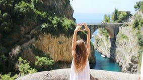 Sławna Fiordo Di Entuzjazm plaża widzieć od mostu Amalfitan wybrzeże w Włochy zbiory wideo