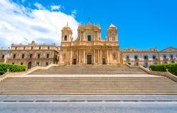 Sławna katedra Noto bazylika Minore San Nicolà ² na pogodnym letnim dniu Prowincja Siracusa, Sicily, Włochy zdjęcia stock