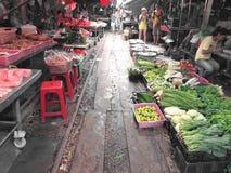 Sławna kolej wprowadzać na rynek przy Maeklong, Tajlandia Zdjęcie Royalty Free
