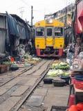 Sławna kolej wprowadzać na rynek przy Maeklong, Tajlandia Obrazy Stock