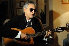 Andrea Bocelli bawić się gitarę Zdjęcie Stock