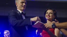 Sławna para daje autografom zdjęcia royalty free