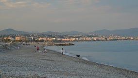 Sławna plaża w południe czasu upływ ludzie na popularnej plaży w Cagnes Sura Mer Francja, Le - Cigalon Plage - zbiory