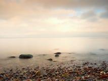 Sławna plaża w wyspie w romantycznych kolorach Kamienie w plażowym piasku i Fotografia Stock