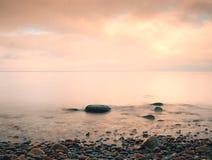 Sławna plaża w wyspie w romantycznych kolorach Kamienie w plażowym piasku i Zdjęcia Royalty Free
