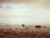 Sławna plaża w wyspie w romantycznych kolorach Kamienie w plażowym piasku i Obrazy Stock