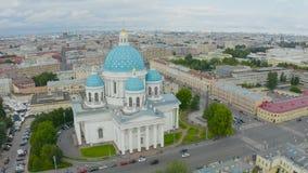 Sławna trójcy katedra z błękitnymi kopułami i ozłacać gwiazdami, widok historyczna część miasto Petersburg, typowy zbiory