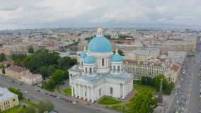 Sławna trójcy katedra z błękitnymi kopułami i ozłacać gwiazdami, widok historyczna część miasto Petersburg, typowy zbiory wideo