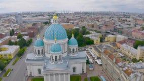 Sławna trójcy katedra z błękitnymi kopułami i ozłacać gwiazdami, widok historyczna część miasto Petersburg, typowy zdjęcie wideo