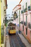 Sławna tramwaj linia 28 przechodzi wąską ulicę w Alfama okręgu ja Zdjęcie Royalty Free