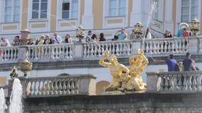 Sławna Wielka kaskada przy Peterhof parkiem, ludzie fotografuje na tle złote rzeźby zdjęcie wideo
