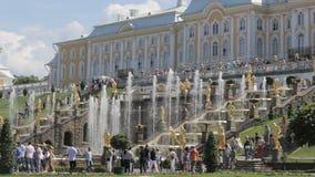 Sławna Wielka kaskada przy Peterhof parkiem, przedstawienie środkowi schodki, wiele złoto rzeźby zbiory