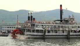 Sławna wycieczki turysycznej łódź, brzęczenia wszystko wzdłuż górnego pokładu z wycieczkowiczkami, Jeziorny George, Nowy Jork, 20 Obraz Royalty Free