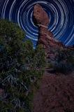 Zrównoważona skała przy nocą z Gwiazdowymi śladami obraz royalty free