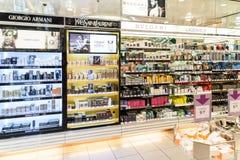 Sławne pachnidło butelki Dla sprzedaży W kosmetyka sklepie Zdjęcie Stock
