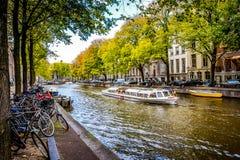 Sławne turystyczne Kanałowe łodzie w Herengracht dżentelmenów ` s kanale z swój wielkimi historycznymi domami w centrum miasta Am fotografia royalty free