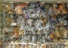 Sławne Wenecja karnawału maski w sklepowym okno Wenecja fotografia stock