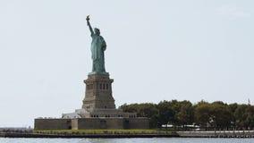 Sławnej statuy wolności krajowy zabytek na swobody wyspie w Nowy Jork usa na letnim dniu, widok od turystycznej łodzi zbiory