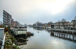 Sławni budynki i miejsce Amsterdam centrum miasta przy słońce ustalonym czasem Generała krajobrazu widok Obrazy Stock