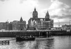Sławni budynki i miejsce Amsterdam centrum miasta przy słońce ustalonym czasem Generała krajobrazu widok Obrazy Royalty Free