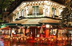 Sławni cukierniani Deux magots przy dżdżystą nocą, Paryż, Francja Zdjęcia Royalty Free