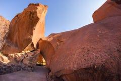 Sławni prehistoryczni rockowi rytownictwa przy Twyfelfontein, atrakci turystycznej i podróży miejscem przeznaczenia w Namibia, Af Fotografia Royalty Free