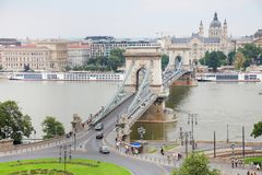 Sławny Łańcuszkowy most przez Danube rzekę Gresham pałac Gresham palota jest w tle Budapest, Węgry fotografia royalty free