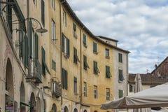 Sławny średniowieczny kwadrat znać jako piazza amfiteatr w Lucca Zdjęcia Royalty Free