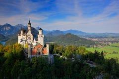 Sławny bajki Neuschwanstein kasztel w Bavaria, Niemcy, późne popołudnie z niebieskim niebem z białymi chmurami obraz stock