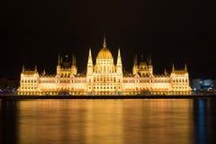 Sławny Budapest parlament przy rzecznym Danube przy nocą od obrazy stock