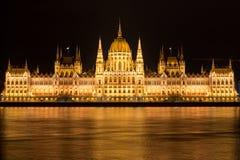 Sławny Budapest parlament przy rzecznym Danube przy nocą od fotografia royalty free