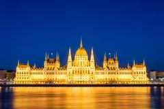 Sławny Budapest parlament przy rzecznym Danube podczas błękitnej godziny fotografia royalty free
