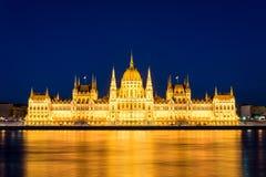Sławny Budapest parlament przy rzecznym Danube podczas błękitnej godziny fotografia stock