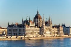 Sławny Budapest parlament przy rzecznym Danube podczas zmierzchu dla fotografia royalty free