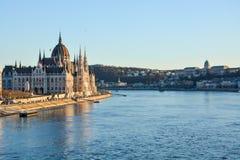 Sławny Budapest parlament przy rzecznym Danube podczas zmierzchu dla obraz stock