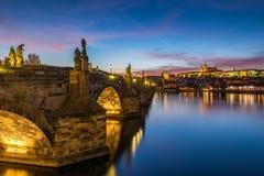 Sławny Charles most w zmierzchu świetle, pięknym scenary, i Zdjęcia Royalty Free