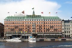 Sławny Grand Hotel Sztokholm z jachtem i turystyczną łodzią przed nim obrazy stock