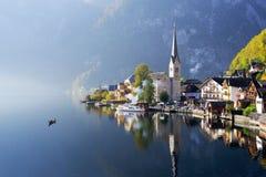 Sławny Hallstatt jezioro w jesień mgłowym ranku obraz stock