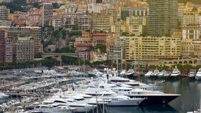 Sławny jachtu klub w Monaco, wiele drogie łodzie cumował w schronieniu, luksusowy życie obraz royalty free