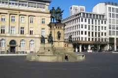 Sławny kwadrat z i ulicy w Frankfurt mieście z typowymi budynkami fotografia stock