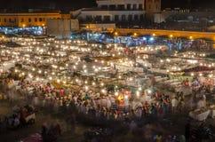 Sławny kwadratowy Jemaa El Fna ruchliwie z dużo zaludnia podczas nocy i światła Medina Marrakesh, Maroko Obrazy Stock