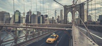 Sławny most brooklyński z taksówką Zdjęcia Stock