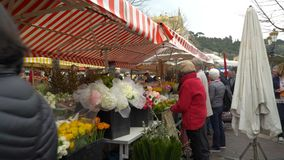 Sławny na otwartym powietrzu rynek w starym miasteczku Ładny, Francja zdjęcie wideo