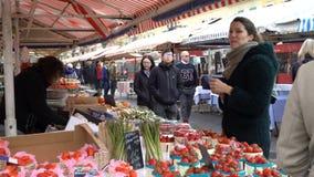 Sławny na otwartym powietrzu rynek w starym miasteczku Ładny, Francja zbiory wideo