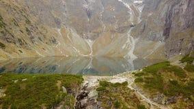 Sławny połysku krajobraz - widok z lotu ptaka Czarny Staw Czerń jezioro pod Rys szczytem w Tatrzańskich górach zbiory wideo