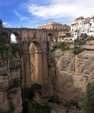 Sławny Puente Nuevo jest nowym mostem nad Guadalev? n rzeka nad wąwozem El Tajo Biznes obrazy royalty free