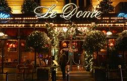 Sławny restauracyjny Le Kopuła dekorował dla bożych narodzeń, Paryż, Francja Obrazy Stock