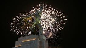 Sławny sowiecki pomnikowy Rabochiy ja Kolkhoznitsa i fajerwerki, Moskwa, Rosja zdjęcie wideo
